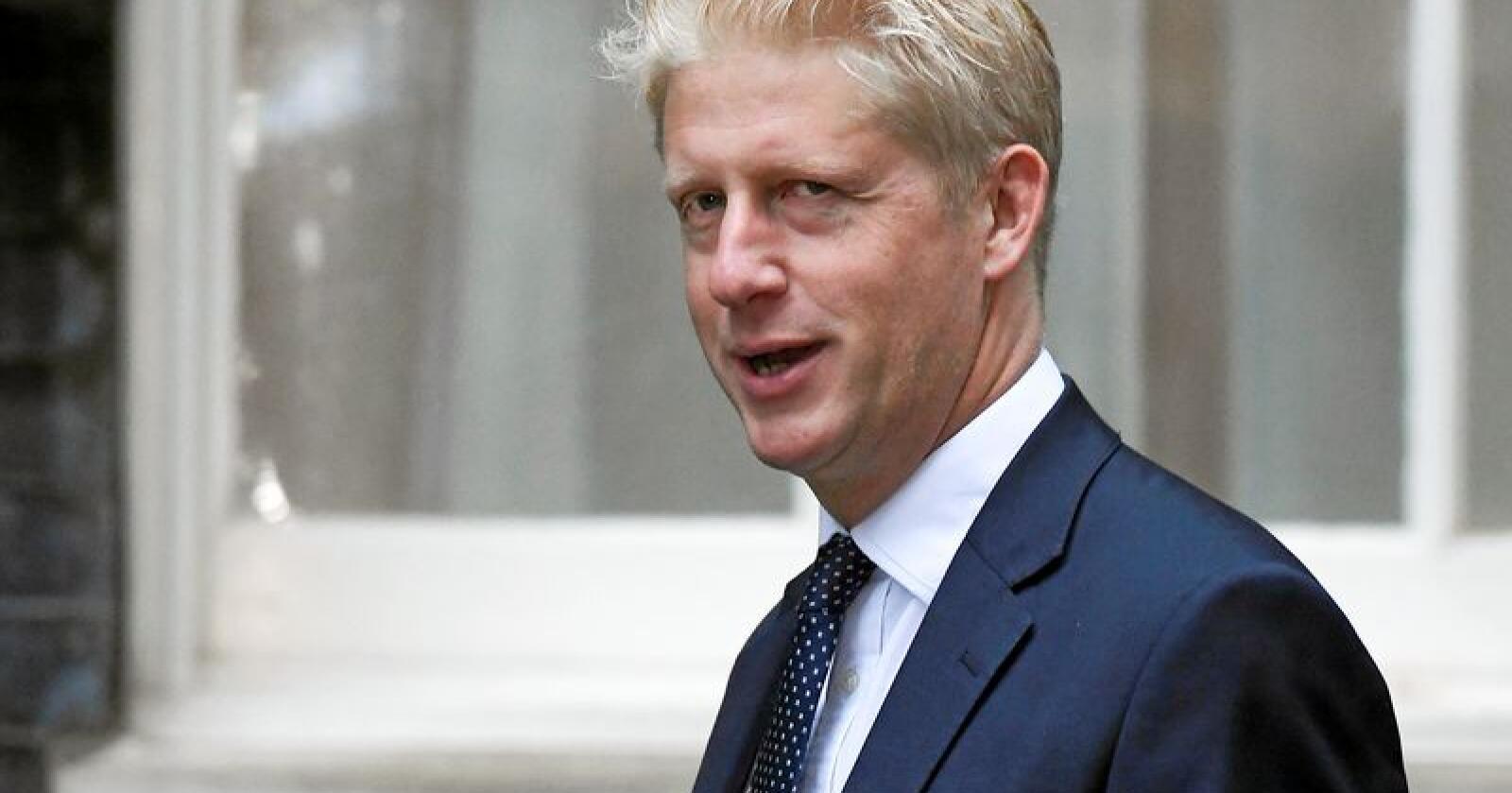 Boris Johnsons bror Jo Johnson trekker seg både fra regjeringen og som medlem av Parlamentet. Han sier han har havnet i en uløselig konflikt mellom familielojalitet og hensynet til nasjonens beste. Foto: Alberto Pezzali / AP / NTB scanpix