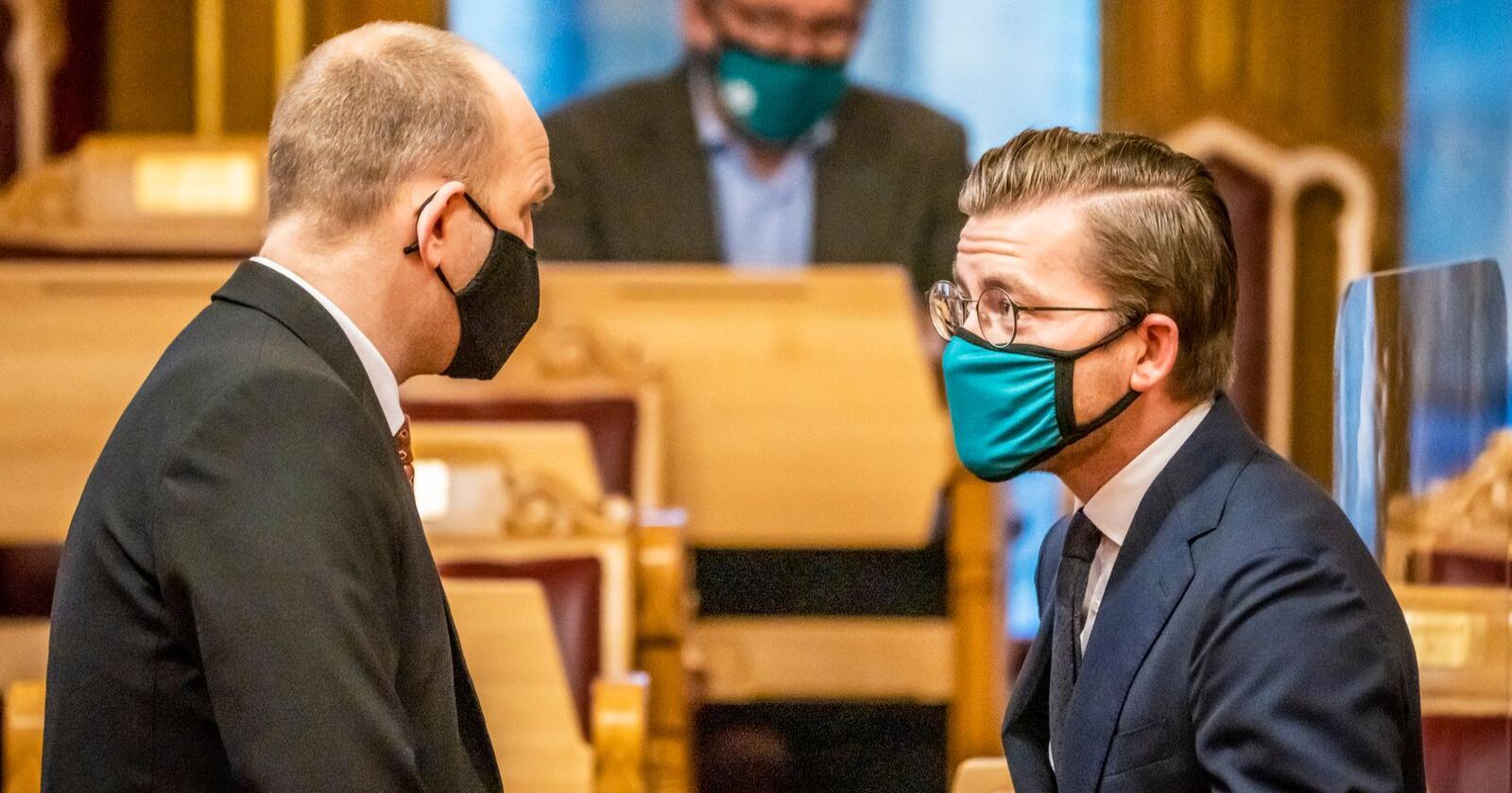 Klima- og miljøminister Sveinung Rotevatn (V) og Jon Georg Dale (FrP) i stortingssalen. Foto: Ole Berg-Rusten / NTB