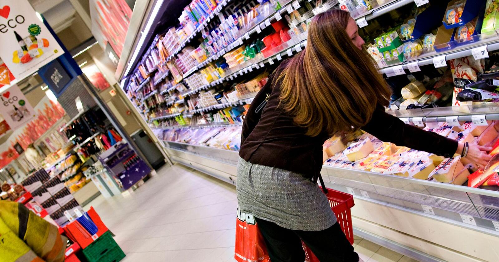 Matmerking: I det siste har det vært flere eksempler på at mat ikke har vært merket godt nok. - Forbrukeren er opptatt av merking, og det må også bransjen være, påpeker bondelagslederen. (Foto: Tine)