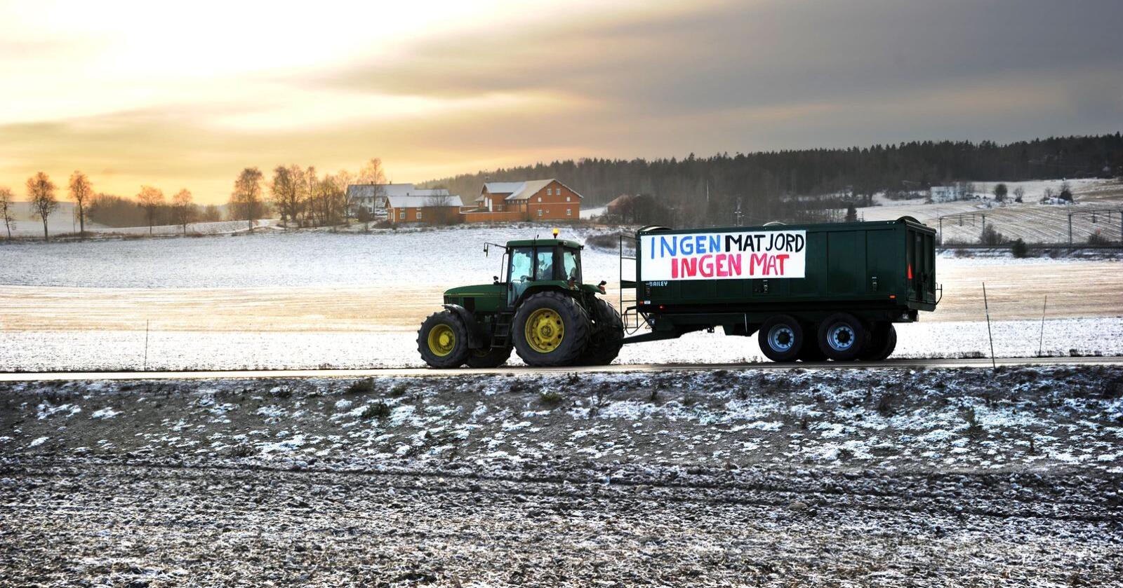 Det har lenge vært strid om jordet i Vestby. Her demonstrerer en bonde i forbindelse med at daværende landbruksminister Sylvi Listhaug i 2013 besøkte jordet som Ikea da planla å bygge varehus på. Foto: Siri Juell Rasmussen