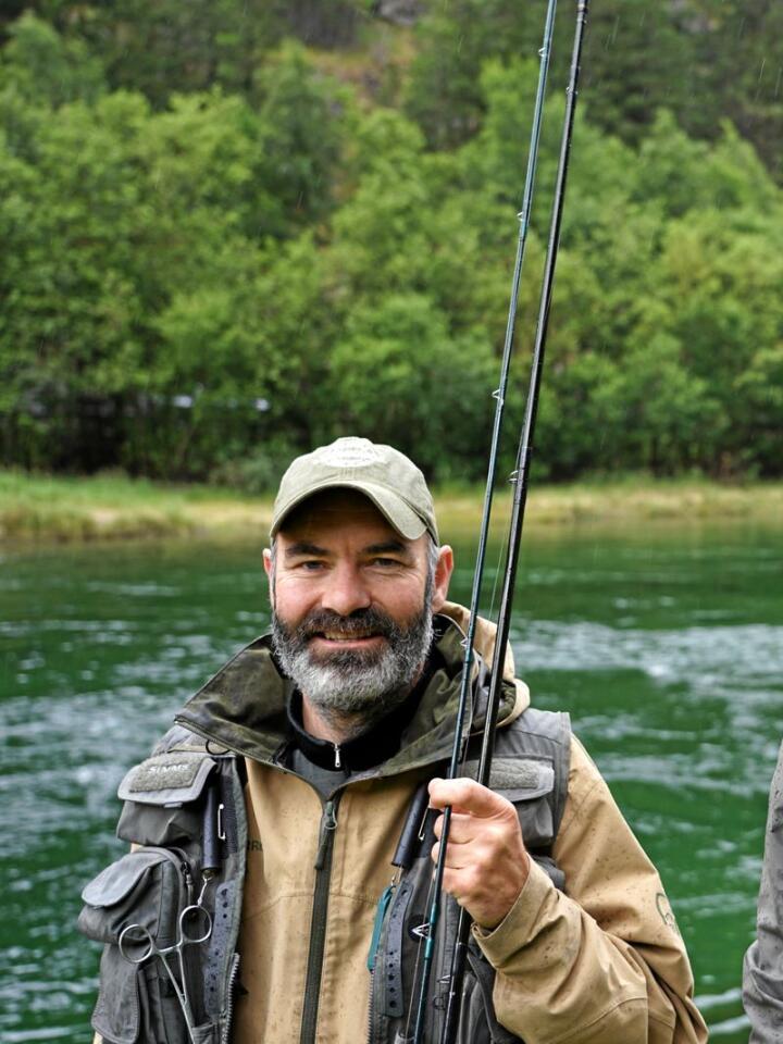 Vidar Lillevik og Frode Mortensen har stått mange timar i Lærdalselva og fiska. Å få laks på kroken er eit adrenalinkick, men det er det sosiale rundt fisket og omgjevnadene som først og fremst gjer at dei held på, år etter år. Foto: Janne Grete Aspen