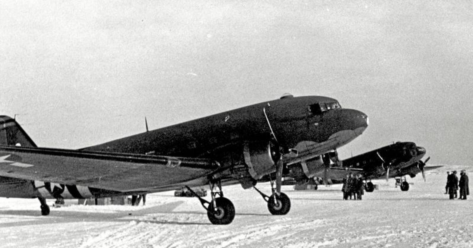 Burde hjulpet: Amerikanske Dakota-fly landet på Høybuktmoen vinteren 1945. Både flyplassen på Høybuktmoen og havna i Kirkenes kunne da benyttes til overføring av tropper og forsyninger for å hjelpe tusener av flyktninger i fjellområdene i tysk-okkuperte områder. Men det skjedde ikke. Foto: Hjemmefrontmuseet.