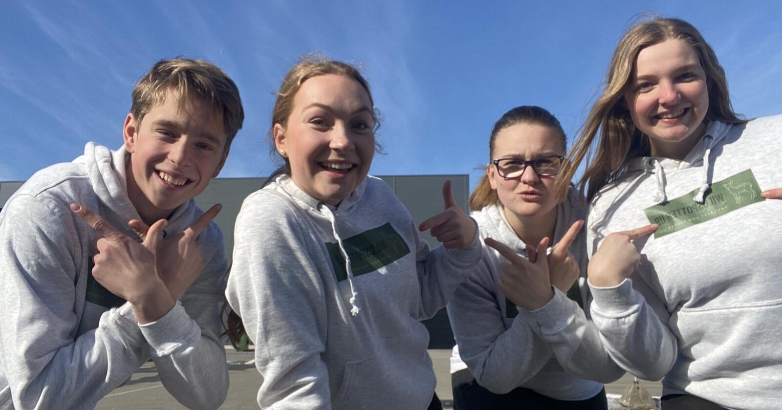 Gustav Nordlund, Mille Øiom, Maja Austrheim og Margrethe Todal-Falskog går andre året på naturbruk på Hvam videregående skole, og har gjennom dette skoleåret utviklet ungdomsbedriften WildSpotters. (Foto: Privat)