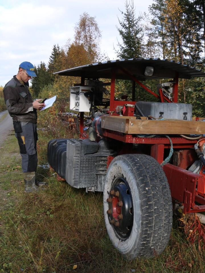 MOBIL: Odd Romenstad drar med seg den ombygde lastebilen til satellittkummen på Unsetbrenna.