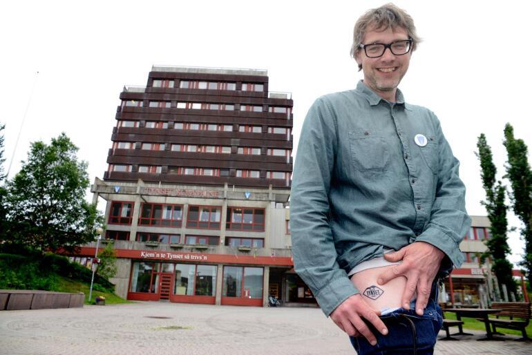 Ikke bare valgflesk: Ordfører Bersvend Salbu med tatovering «Ekte Tynset» på låret. Folk må oppdage, at på Tynset lages det verdens beste skinke, mener han.