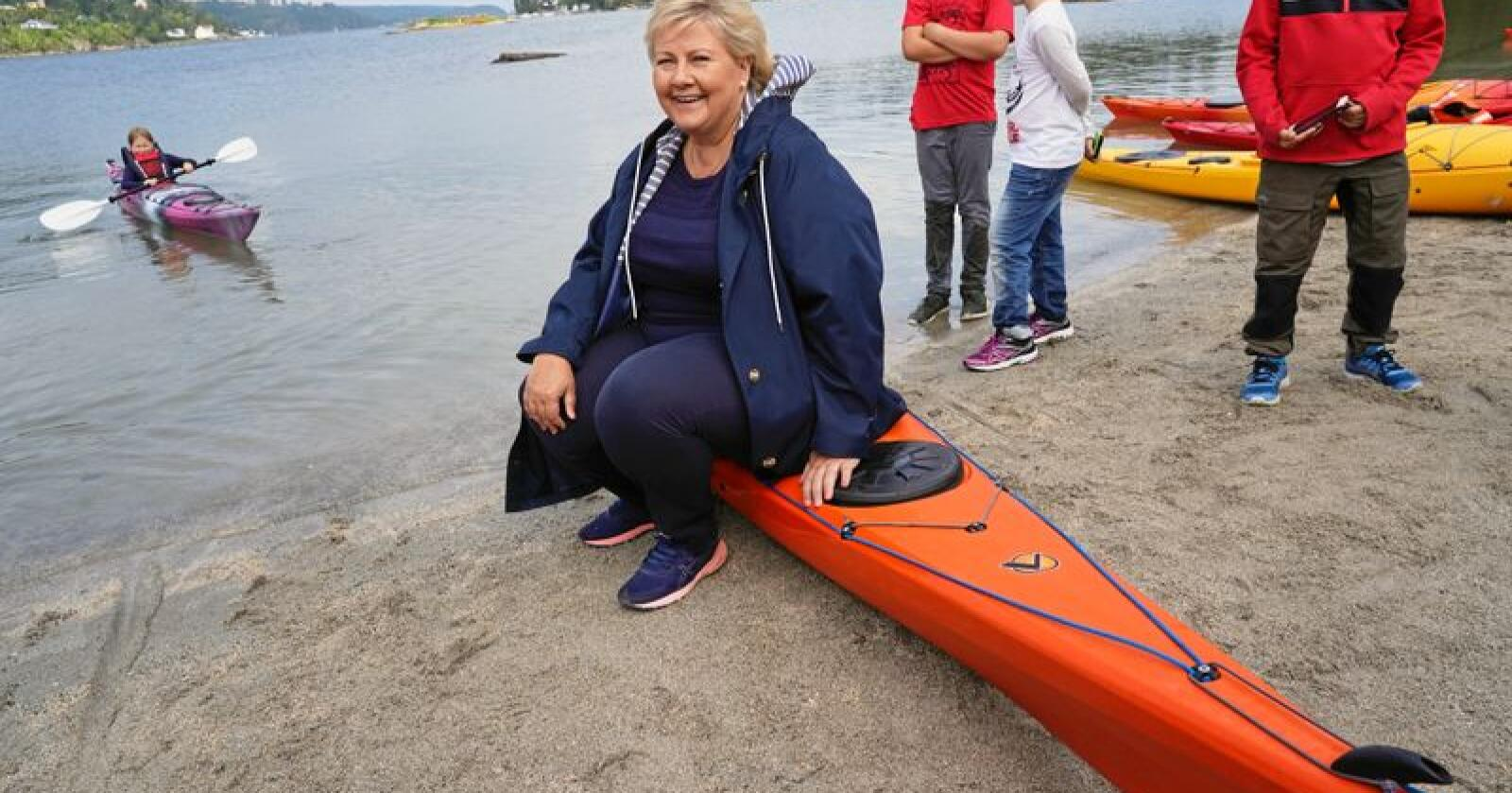 Statsminister Erna Solberg besøkte DNT Oslo & Omegn på Breivoll søndag. Det ble ikke tid til en padletur for statsministeren denne gang, men kanskje når valget er over. – Dette er en virkelig en perle for det nære friluftslivet, sier Solberg. Foto: Heiko Junge / NTB scanpix