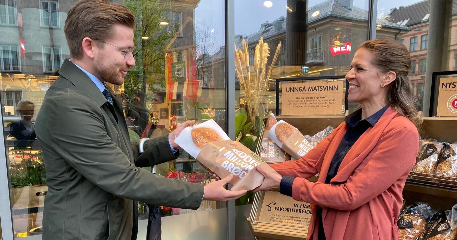 Mari Kristine Kasbo, kategoriansvarlig bakeri i Meny la fram de nye planene for å hindre brødsvinn for klima- og miljøminister Sveinung Rotevatn nylig. Foto: Meny