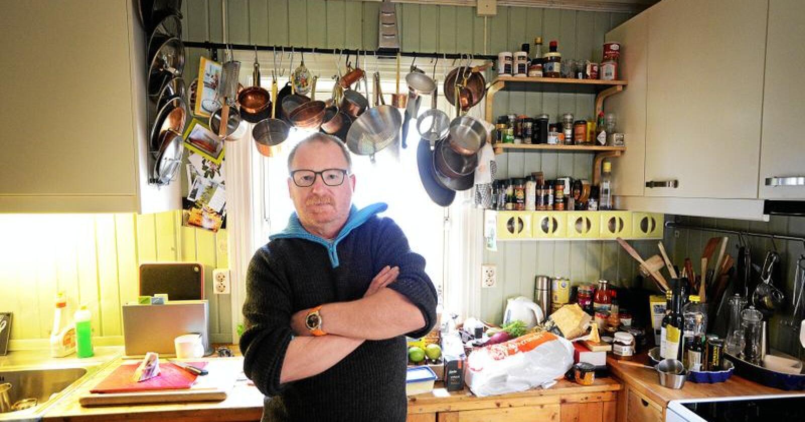 """Per Borglund er godt kjent hos Nationen-leserne gjennom sin faste spalte """"Helgemat"""". Her fra sitt eget kjøkken. Foto: Siri Juell Rasmussen"""