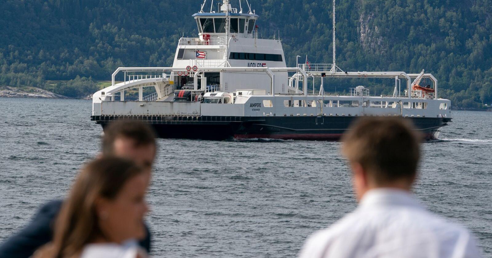 El-ferja Ampere i Sognefjorden. I flere kystfylker har det den siste tiden vært heftige protester mot økte ferjepriser fra nyttår. Et viktig element i debatten har vært overgangen til el- og lavutslippsferjer. Foto: Heiko Junge / NTB scanpix