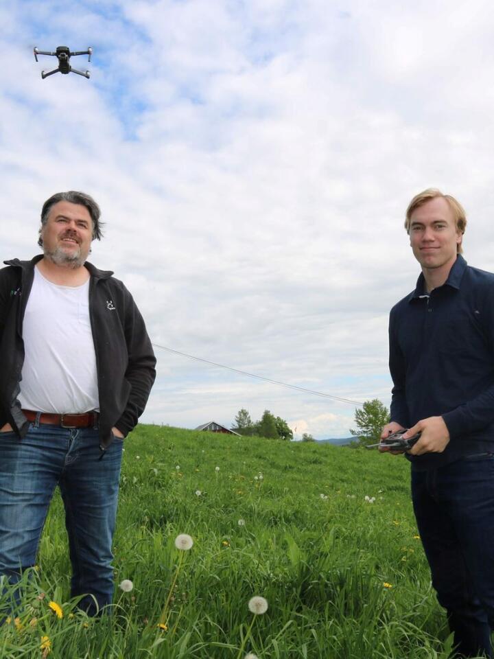 FOTOGRAFERING: Hos Petter Klette (t.v.) i Snertingdal har Simon Arenberg hatt en drone i lufta én gang i uka for å fotografere utviklinga i grasavlinga.