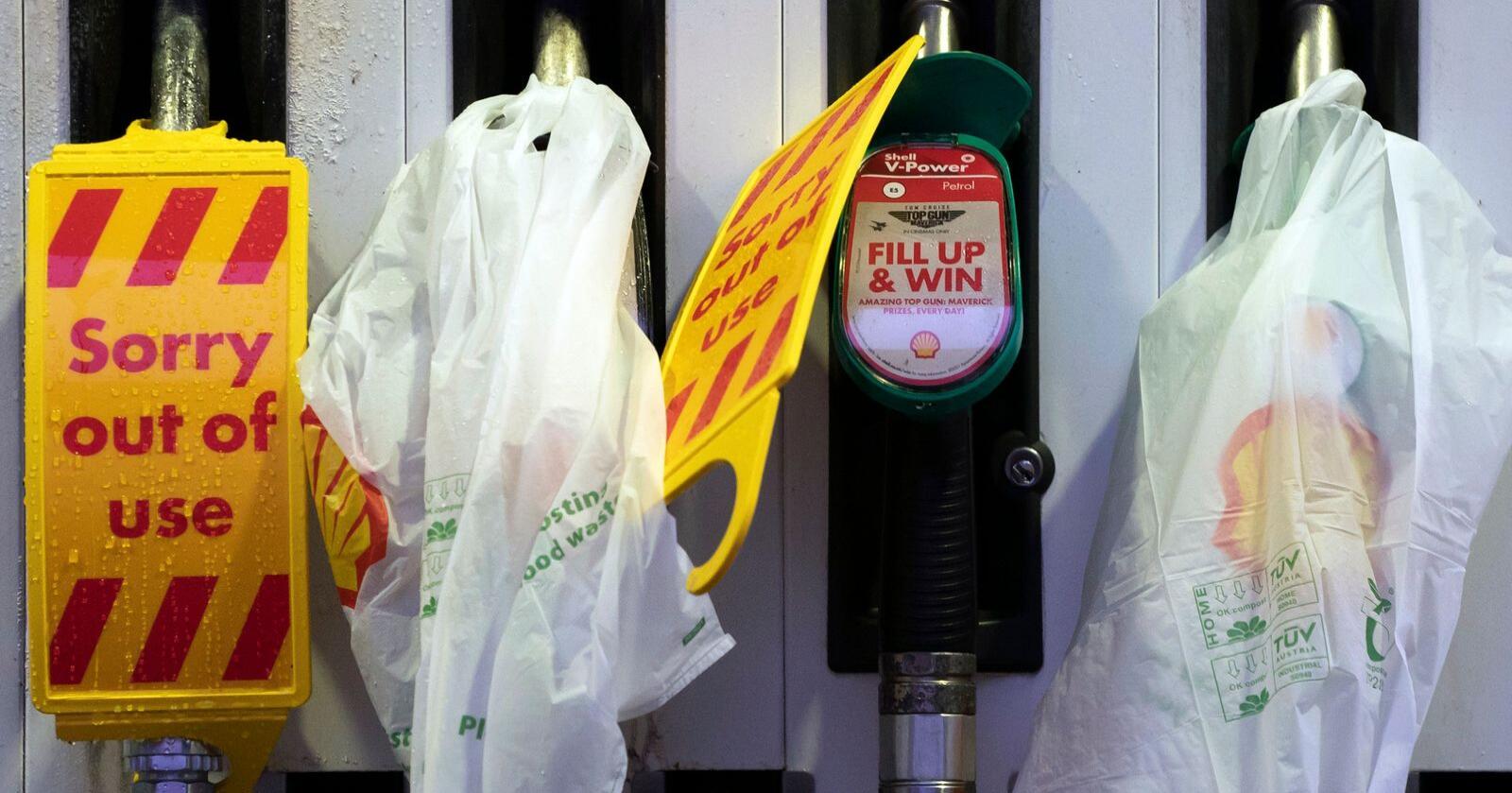 Stengte pumper i Manchester. Britene har i lengre tid merket varemangler her og der, og da meldingen kom om at bensinpumper var tomme over hele landet, begynte panikkhamstringen, tross anmodninger om å ikke kjøpe drivstoff man ikke trengte. Foto: Jon Super / AP / NTB