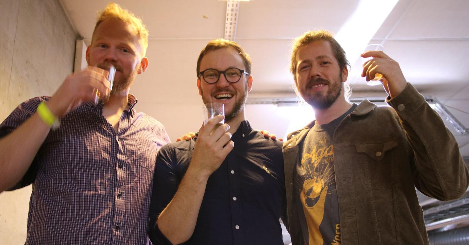 Eplebonde og siderprodusent Olav Bleie (t.v.) har suksess med Alde Eplersider og Lotherus Sider. Joar Aga (t.h.) står bak Humlepung (Aga Sideri), som også har seld bra i 2020. Thomas Digervold, øl- og sidersommelier, i midten. Bildet er frå Oste-VM i Bergen i 2018. Foto: Karl Erik Berge