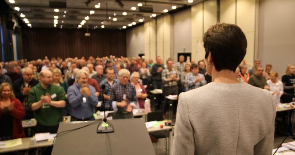 Merete Furuberg fikk lang og stående applaus for innsatsen som leder i Småbrukarlaget.