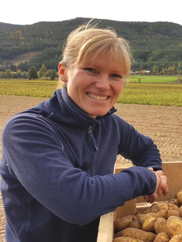 FERSKE: Nina Haarseth med mandelpoteter rett fra opptakeren hjemme i Rendalen. Foto: Guro Breck.