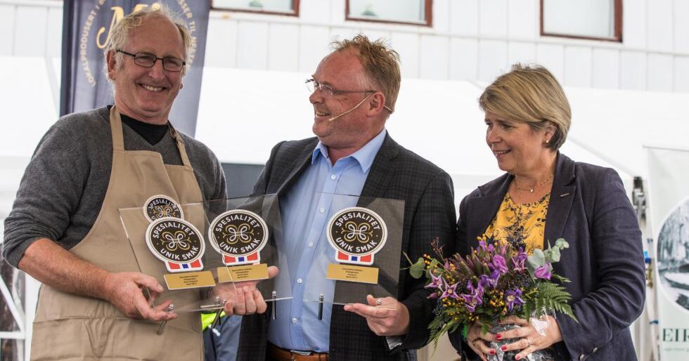 Jørn Hafslund fikk tre Spesialitet-merker under Bergen Matfestival. Fra venstre: Jørn Hafslund, fiskeriminister Per Sandberg og direktør i Matmerk, Nina Sundqvist. Foto: Janneche Strønen/Bergen Matfestival