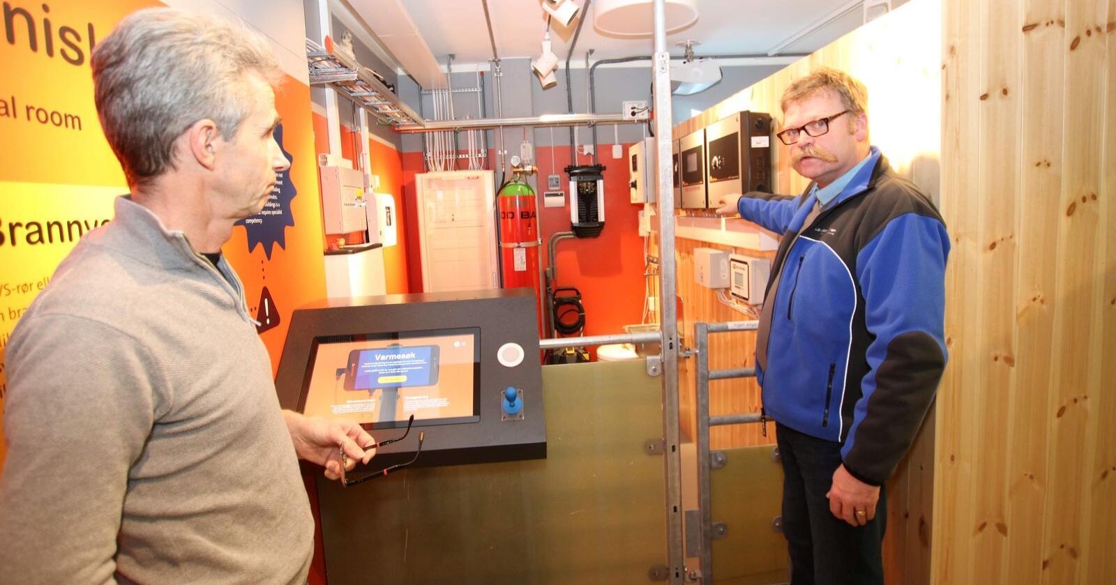 ELEKTRO: Når det ikke er turister i Hunderfossen Eventyrpark, bruker Bjørn Kleiven den nye fjøsutstillinga til å utdanne elektroelever, lærlinger og el-kontrollører i landbruksfaglige problemstillinger.