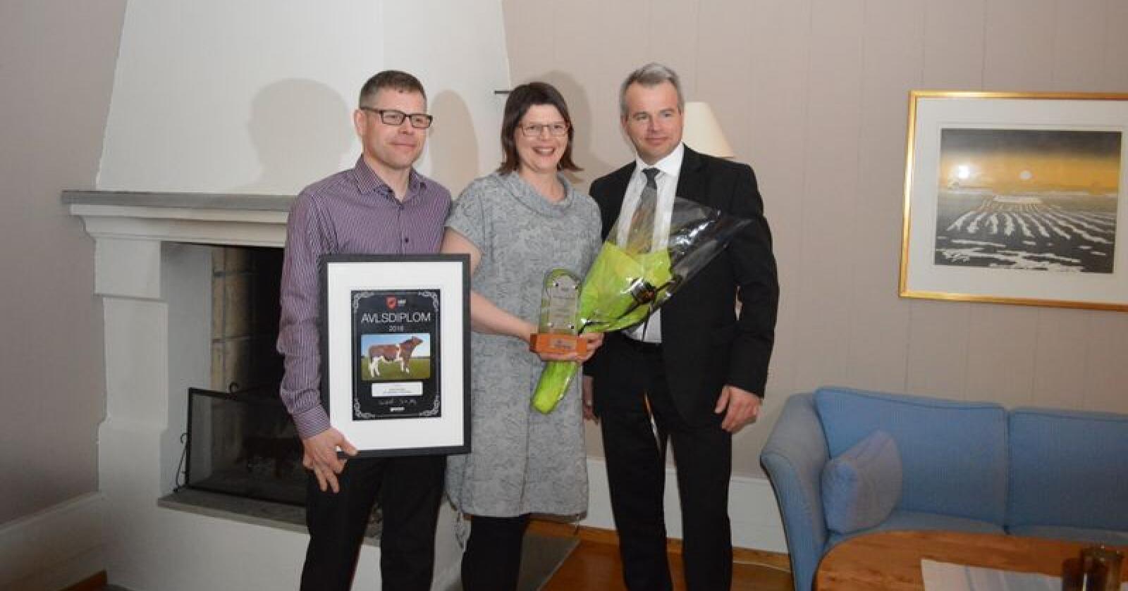 Fikk prisen under Genos årsmøte. Fra venstre: Frode Agledal, Anna Kløve og Per Heringstad, nestleder i Nortura. Foto: Eva husaas