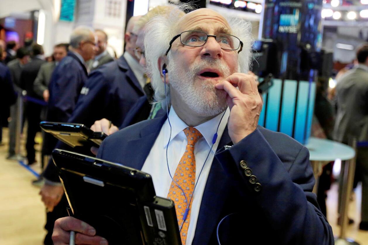 Skeptisk: New York-børsmegler Peter Tuchman studerer markedsutviklingen etter Trumps trussel om handelskrig om stål og aluminium. Foto: Richard Drew / AP / NTB Scanpix