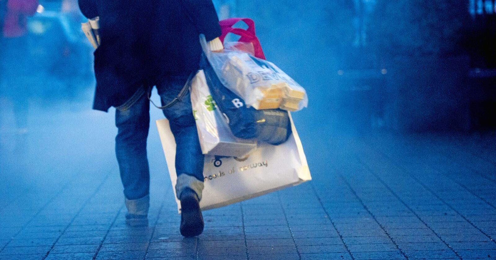 Nok i påsan? Kjøpe mer, bruke, kaste, fortere og fortere. Forbruket i Norge vil i året 2020 bli 50 prosent høyere en i år 2000. Hvis alle levde som oss, hadde menneskene trengt 2,7 jordkloder. Skal vi bare kjøre videre i samme tempo? Foto: Jon Olav Nesvold/NTB scanpix