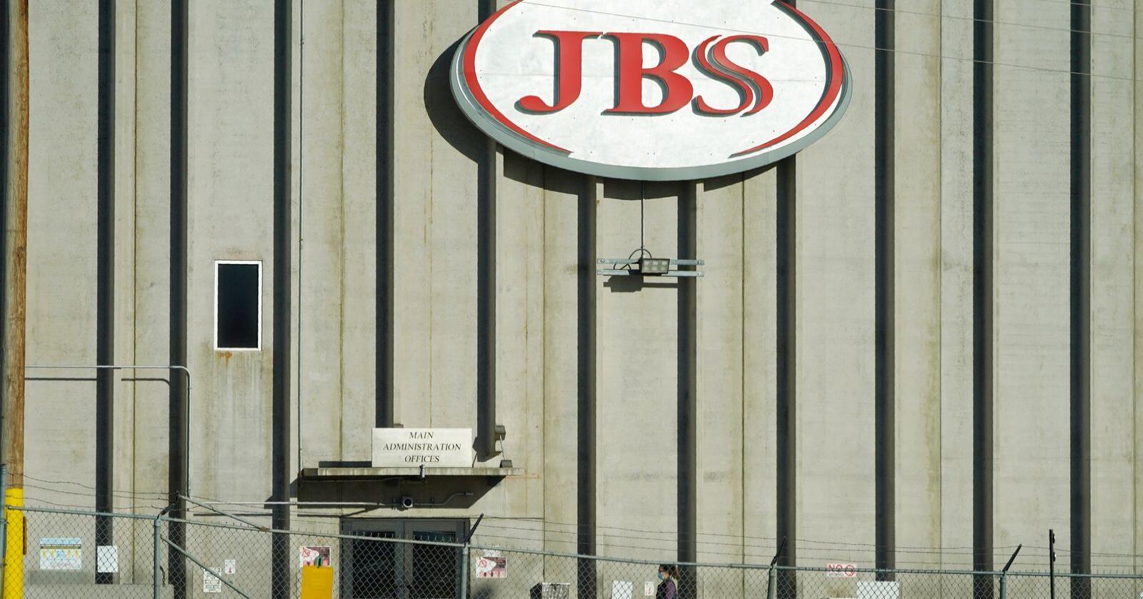 En ansatt på vei inn i JBS' fabrikk i Greeley i Colorado i USA. Det brasilianske kjøttforedlingsselskapet endte opp med å betale 11 millioner dollar, tilsvarende drøyt 92 millioner kroner, til gruppa som sto bak et dataangrep. Foto: David Zalubowski / AP / NTB