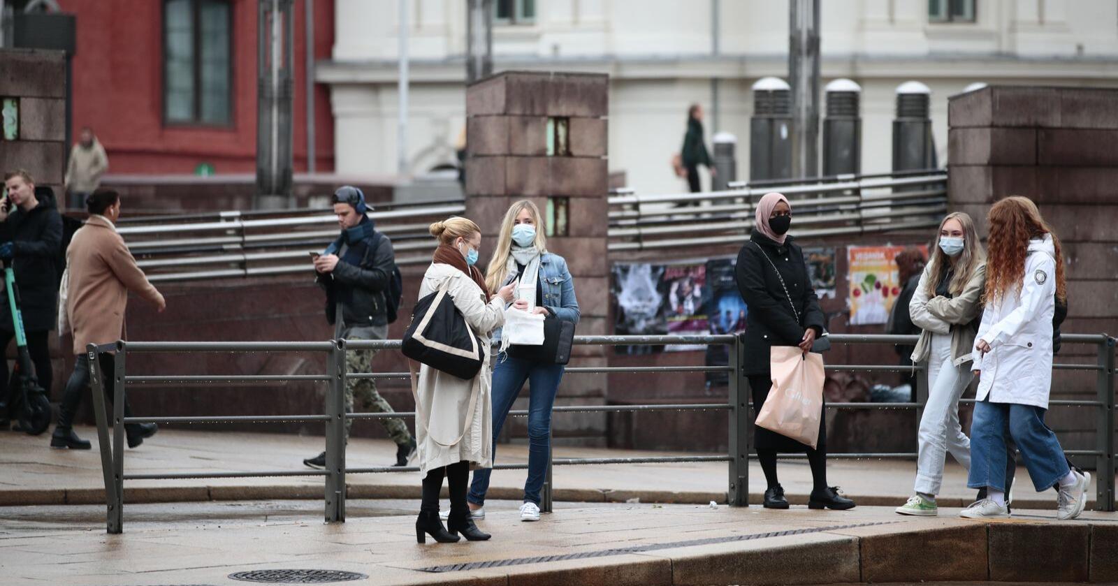 I Oslo er det innført eigne lokale reglar om munnbind på kollektivtrafikk og andre offentlege stadar der det ikkje er mogleg å halde meteren. Regjeringa tilrår kommuner med høgt smittetrykk om å innføre det samme påbodet. Foto: Jil Yngland / NTB
