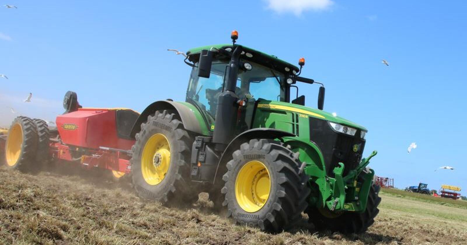 John Deere holder fremdeles teten i traktorsalget, tross at omsetningen i juli er 20 prosent lavere enn fjoråret. (Foto: Lars Raaen)
