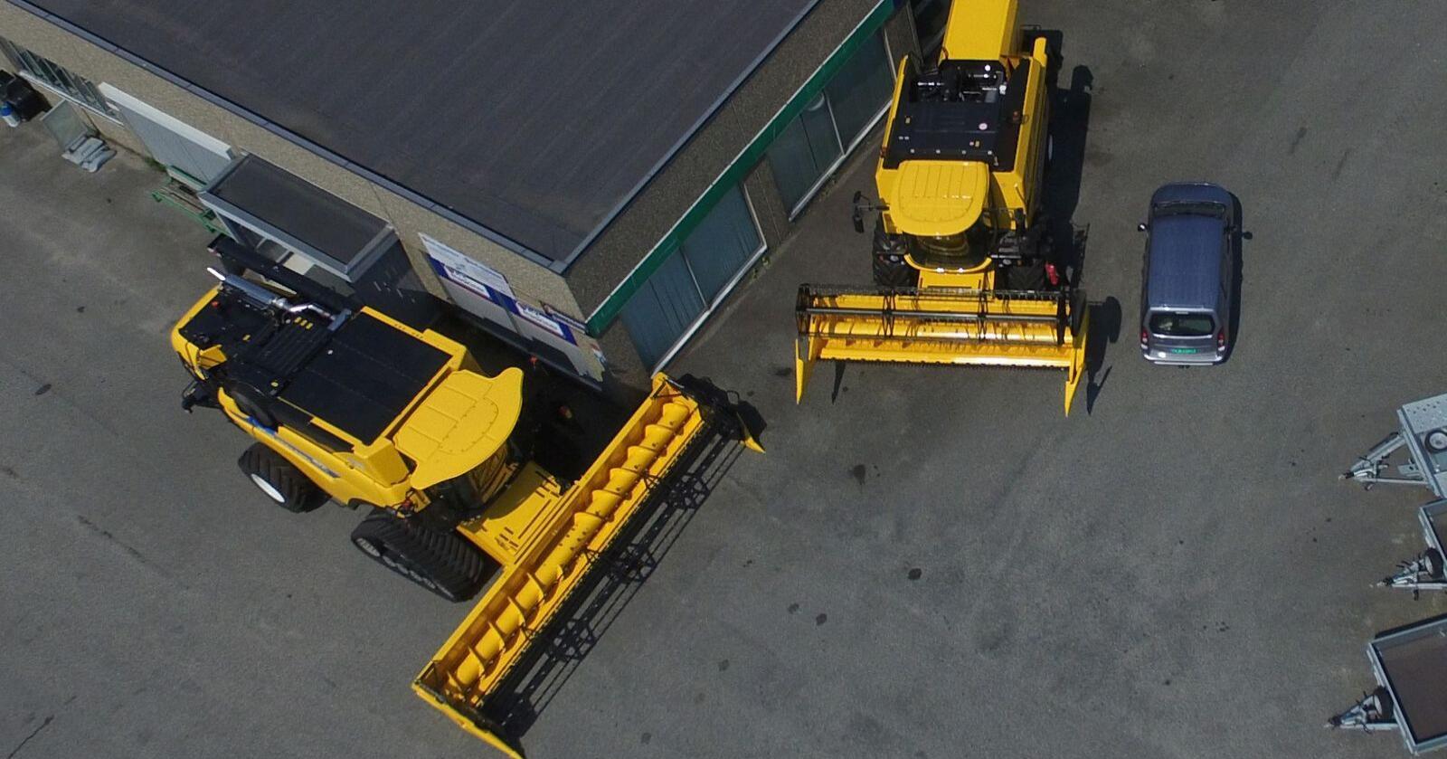 SKURTRESKAR: Den eine større enn den andre. Til venstre New Holland CX 7.90 og til høgre New Holland TC 5.90. Foto: A-K maskiner Nærbø