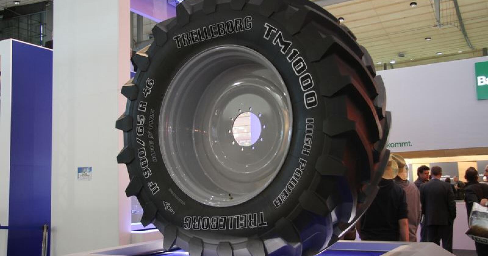Dekk: Røwdehjul har blant annet agentur på dekk fra Trelleborg. Foto: Espen Syljuåsen