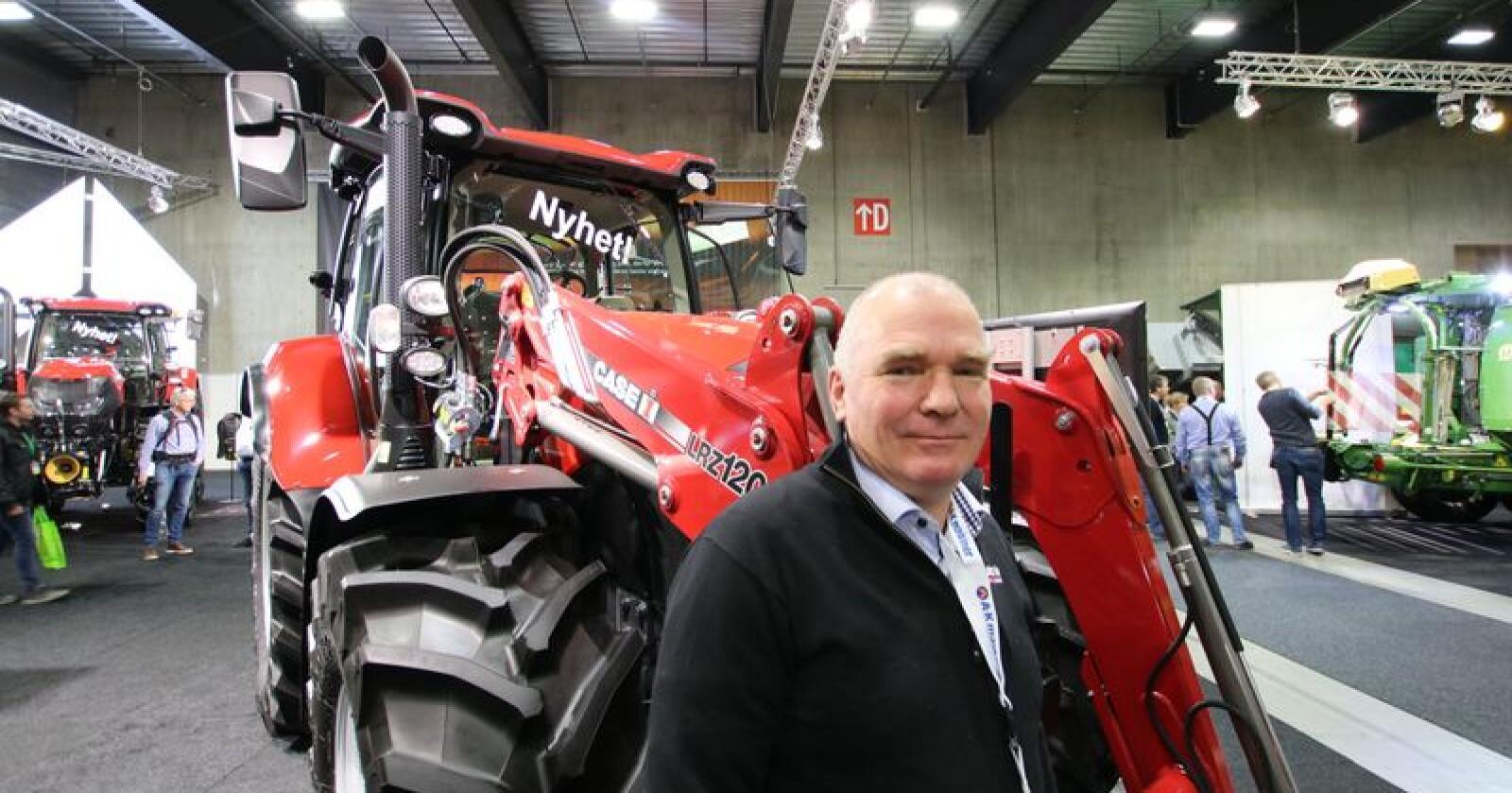 Årets traktor: Produktsjef for Case IH hos A-K Maskiner, Morten Smedsrud, foran Case IH Maxxum 145 Activedrive 8, som onsdag ble kåra til Tractor of the Year 2019. Foto: Trond Martin Wiersholm