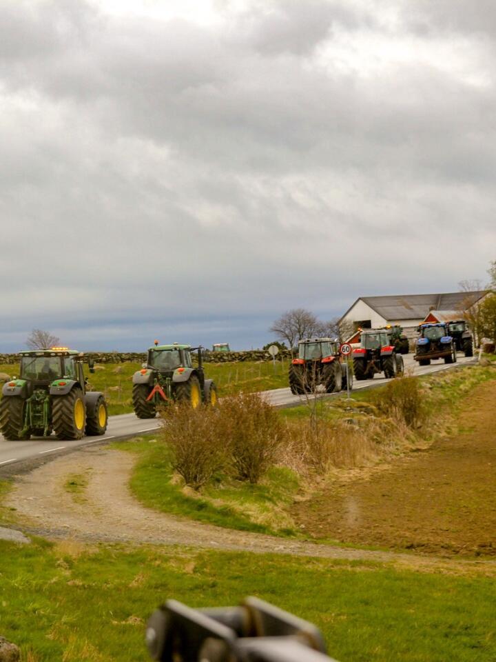 En ny stor traktorkolonne med bønder fra Jæren forlot Rogalands kysten søndag morgen. Søndag ettermiddag paserte kortesjen, på mellom 40 og 50 traktorer, Bjerkreim. Foto: Isabelle Hammerstad Hugøy