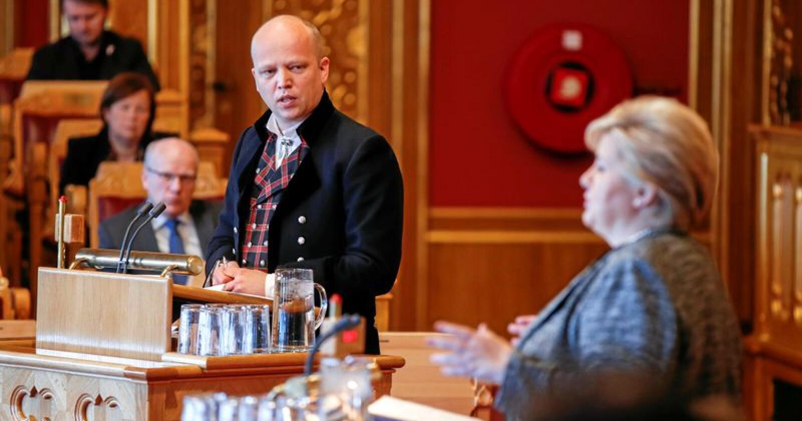 Sp-leder Trygve Slagsvold Vedum, for anledningen ikledd valdresbunad, grillet statsminister Erna Solberg under Stortingets muntlige spørretime. Foto: Vidar Ruud / NTB scanpix