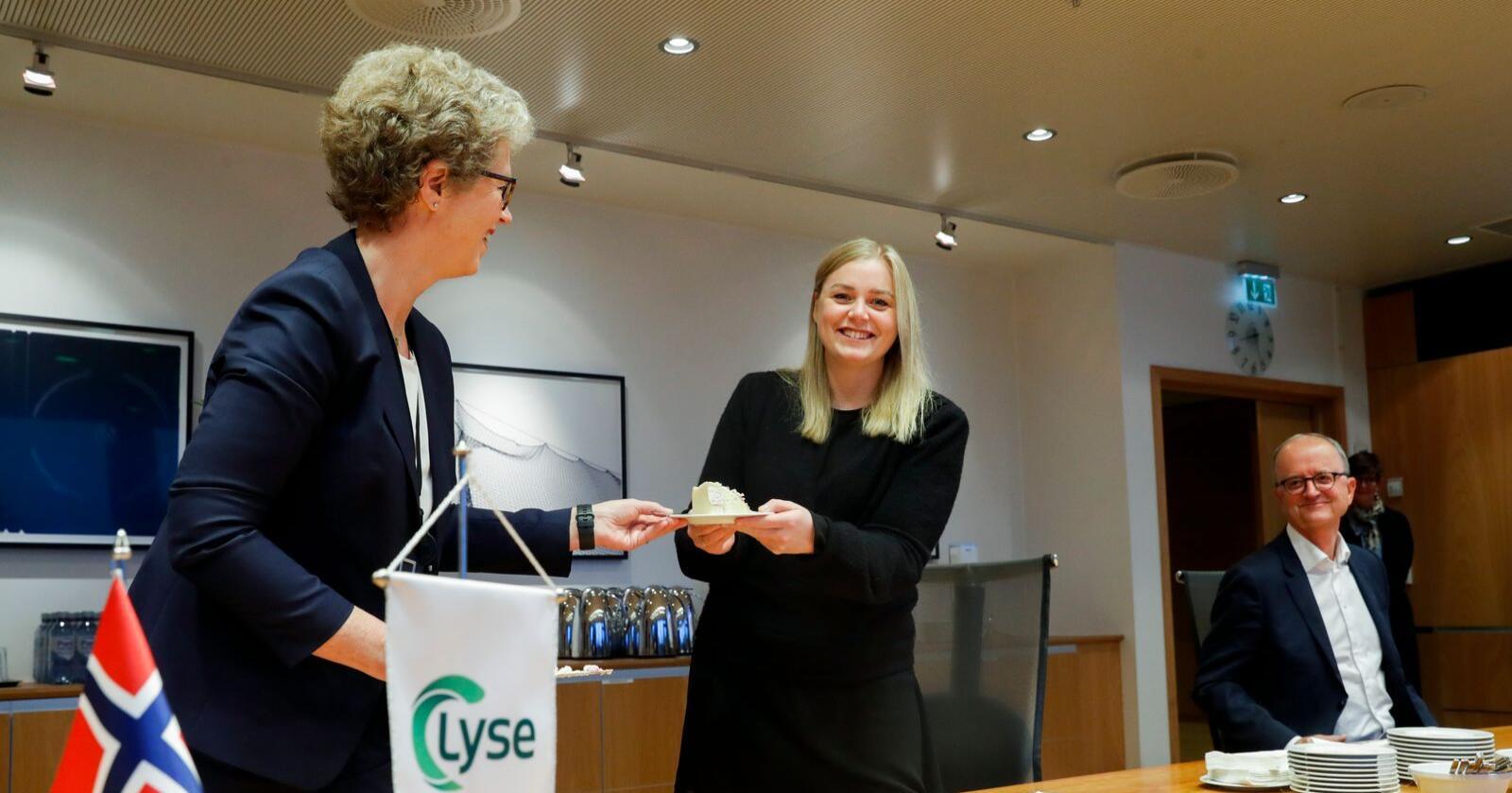 Konsernsjef Hilde Merete Aasheim i Hydro, olje- og energiminister Tina Bru og konsernsjef Eimund Nygaard i Lyse under en markering etter at det ble klart at Lyse og Hydro går sammen om å etablere et nytt vannkraftselskap. Foto: Terje Pedersen / NTB
