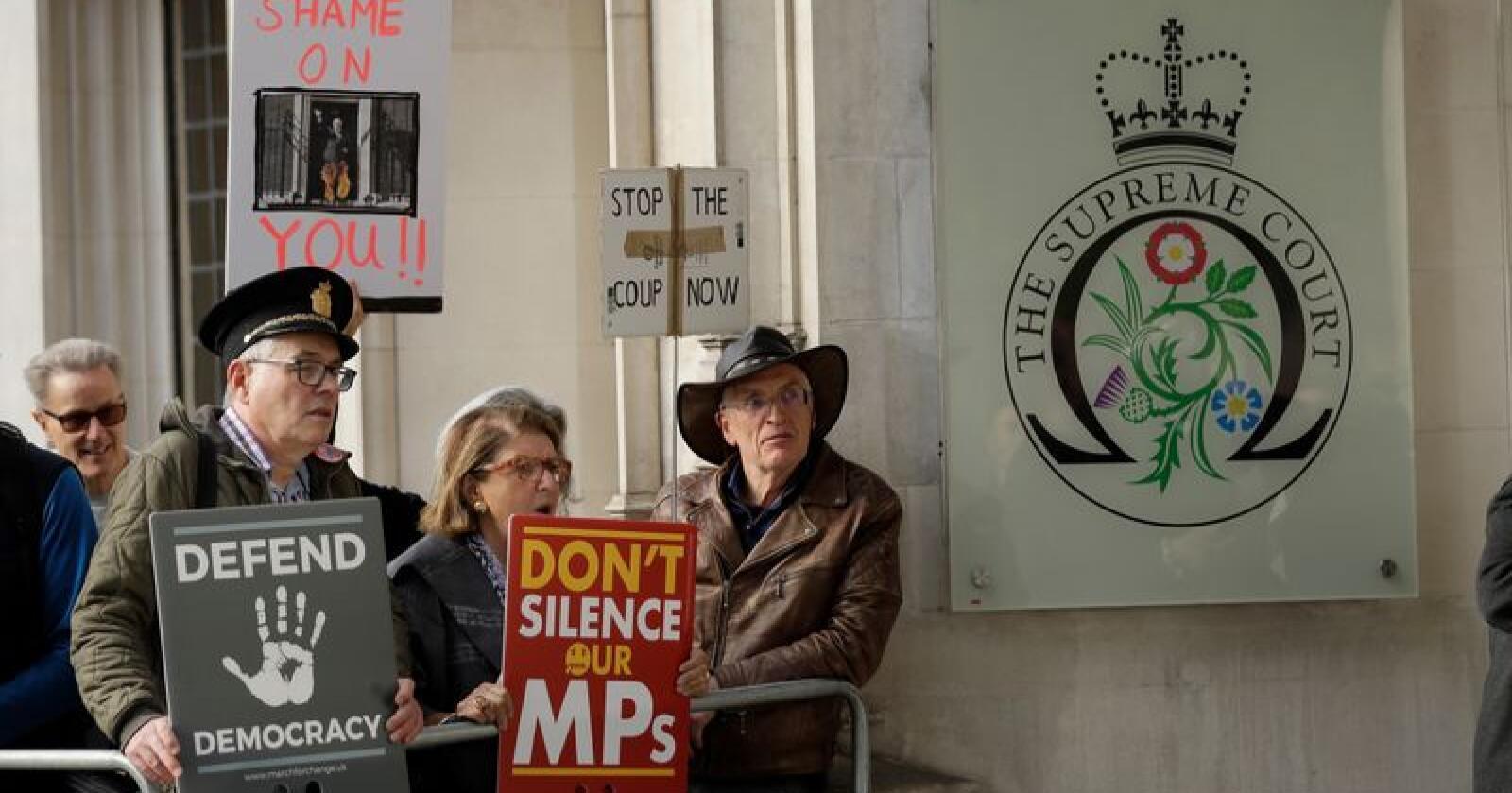 Demonstranter som støttet saksøkerne, møtte opp da høyesterett behandlet ankene. Arkivfoto: Matt Dunham / AP / NTB scanpix