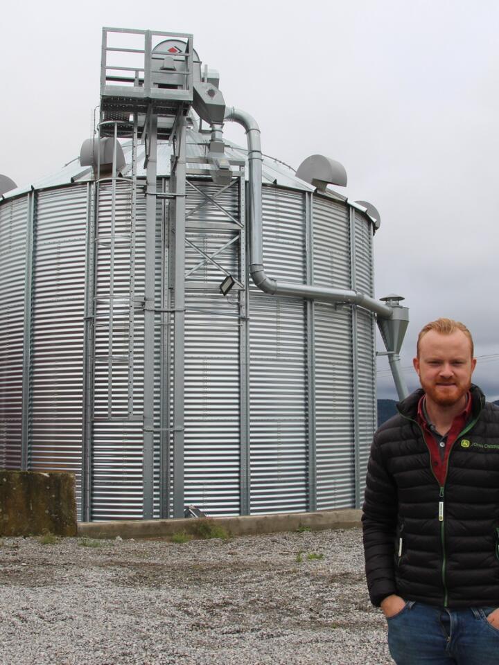 VIL ØKE: Trygve Hammer driver 1 000 dekar korn på Inderøy. I framtida håper han at han vil klare å kunne doble arealet, blant annet for å spre maskinkostnadene ut på flere dekar.