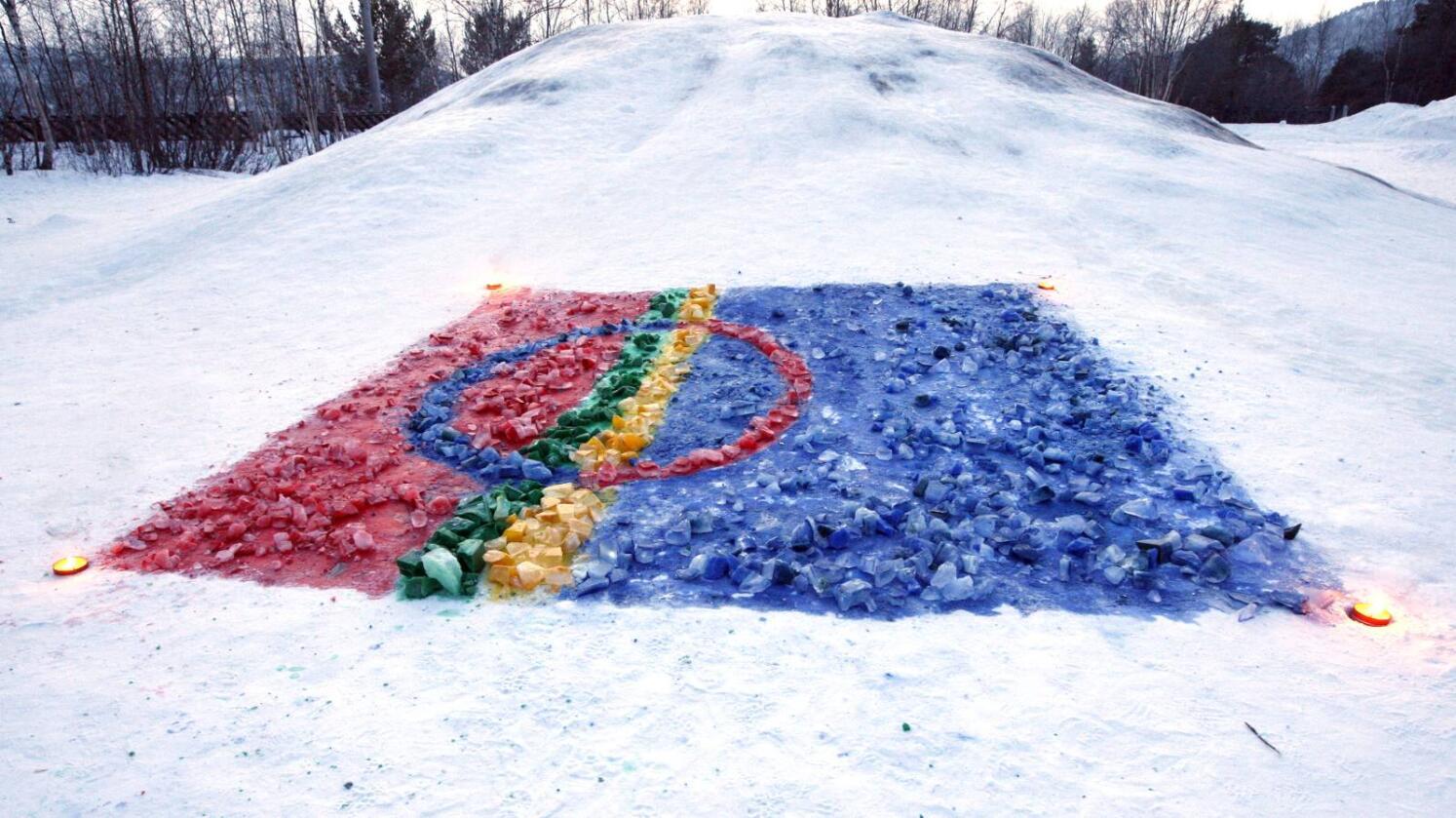 Dette samiske flagget var laget i Karasjok i forbindelse med feiringen av samefolkets dag i 2009. Foto: Lise Åserud / SCANPIX