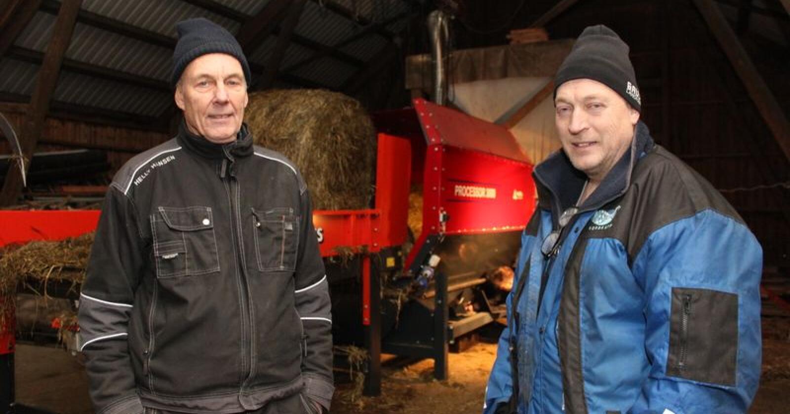 Hans Kråbøl (t.v.) og Rune Heggen opplever stor interesse for den stasjonære fôrblanderen de har utviklet. Foto: Dag Idar Jøsang