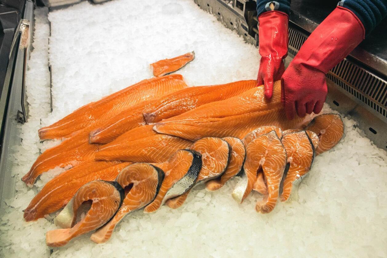 Penger: Det blir brukt langt mer penger på markedsføring av kjøtt enn fisk, skriver kronikkforfatterne. Foto: Jan-Morten Bjørnbakk / NTB Scanpix