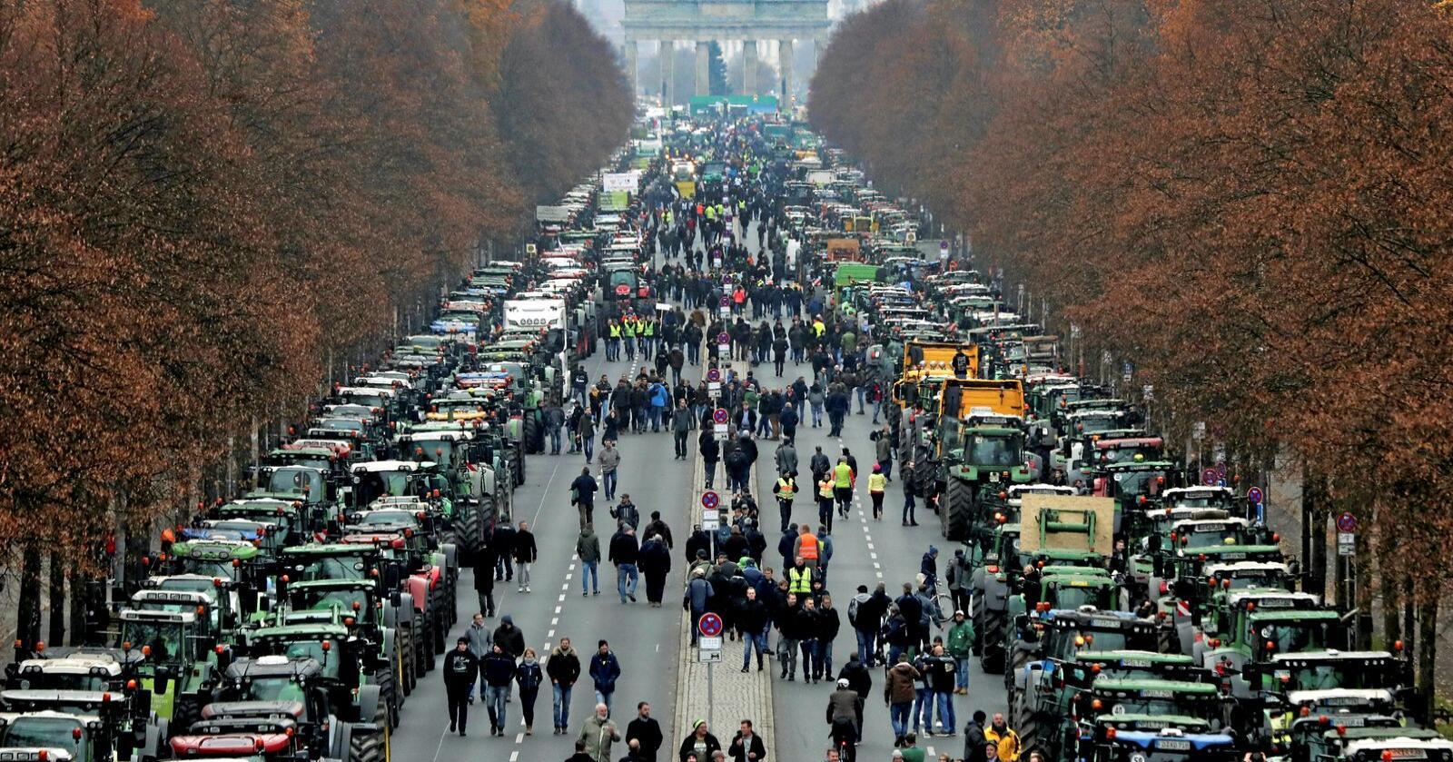 Over 5.000 traktorer ble tirsdag kjørt inn i Berlin i protest mot varslede nye miljøreguleringer. Foto: AP / NTB scanpix