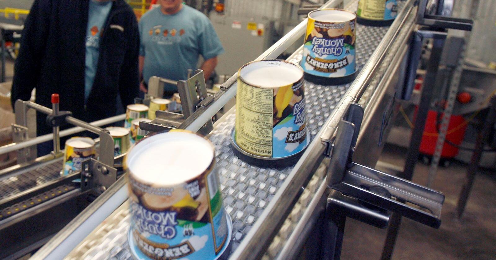 Selv om salget stanser i bosetningene, sier selskapet at de vil fortsette å selge iskremen i Israel gjennom en ny ordning. Det kan bli vanskelig, ettersom store israelske supermarkedkjeder som distribuerer Ben & Jerry's produkter, alle opererer i bosetningene. Her er isfabrikken i Waterbury, Vermont. Arkivfoto: AP / NTB