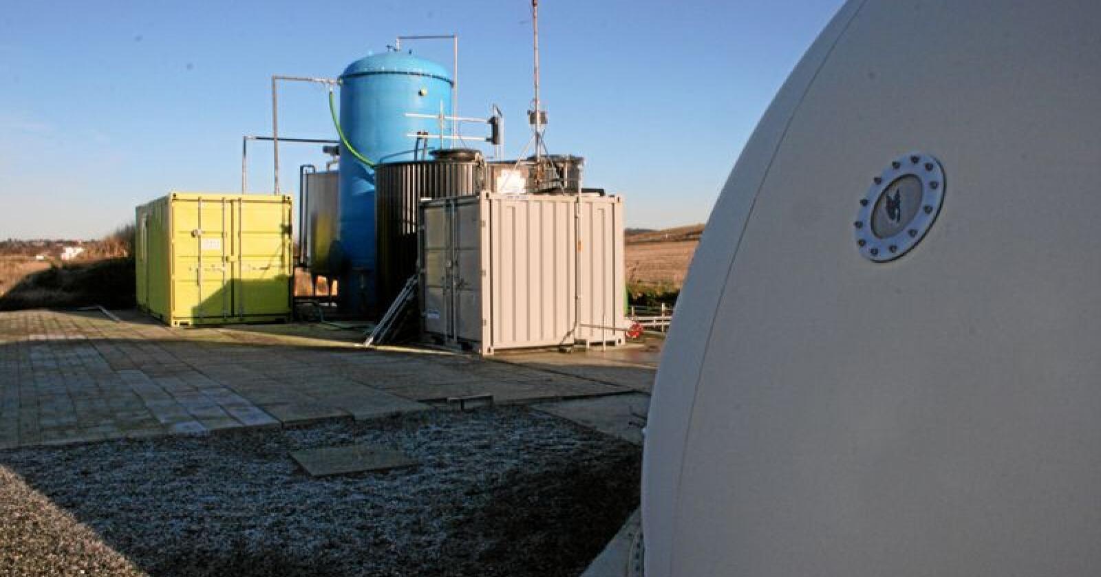 Mye av klimagassutslippene fra landbruket (her fra gassanlegg på gård i Rogaland) er metan. Og metan forsvinner etter 12 år i atmosfæren, påpeker kronikøren. Foto: Bjarne B. Aase