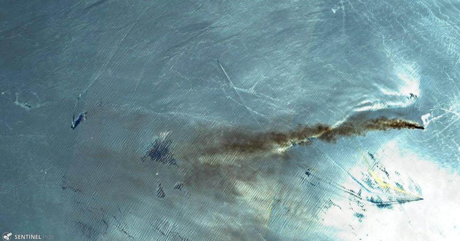 I brann: Røyk fra brannen på det norskeide tanskipet Front Altair vises på et satellittfoto av Persia-gulfen. Foto: AP
