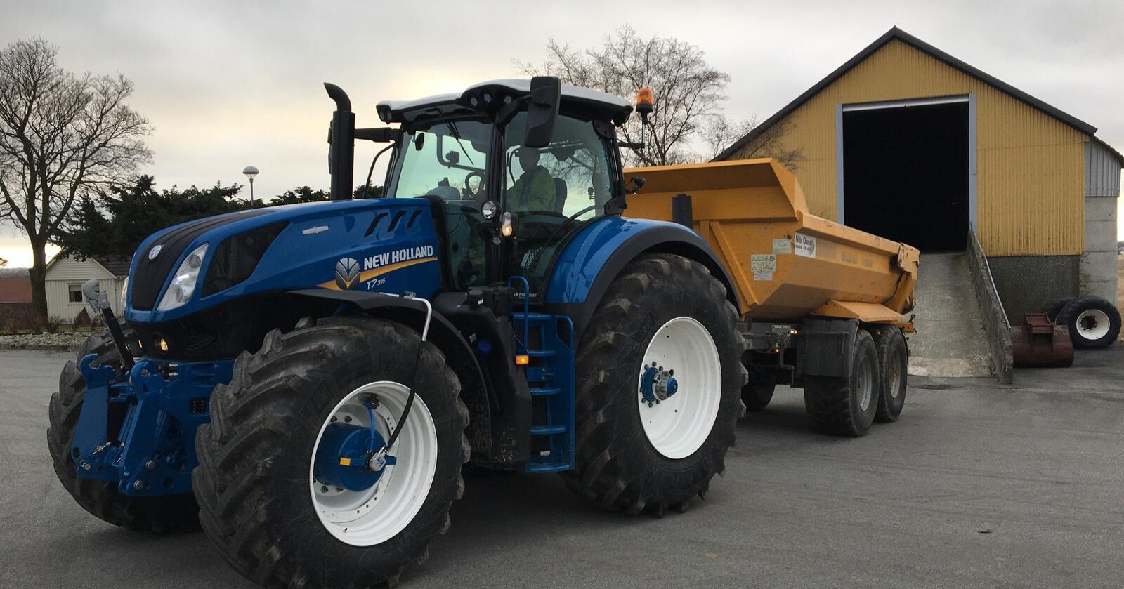 Stor: Den nye, Ford-lakkerte New Holland T7.315 til Nils Oma, er en av de første traktorene Agri produkter leverer systemet på. Den skal brukes i anleggskjøring, samt planering