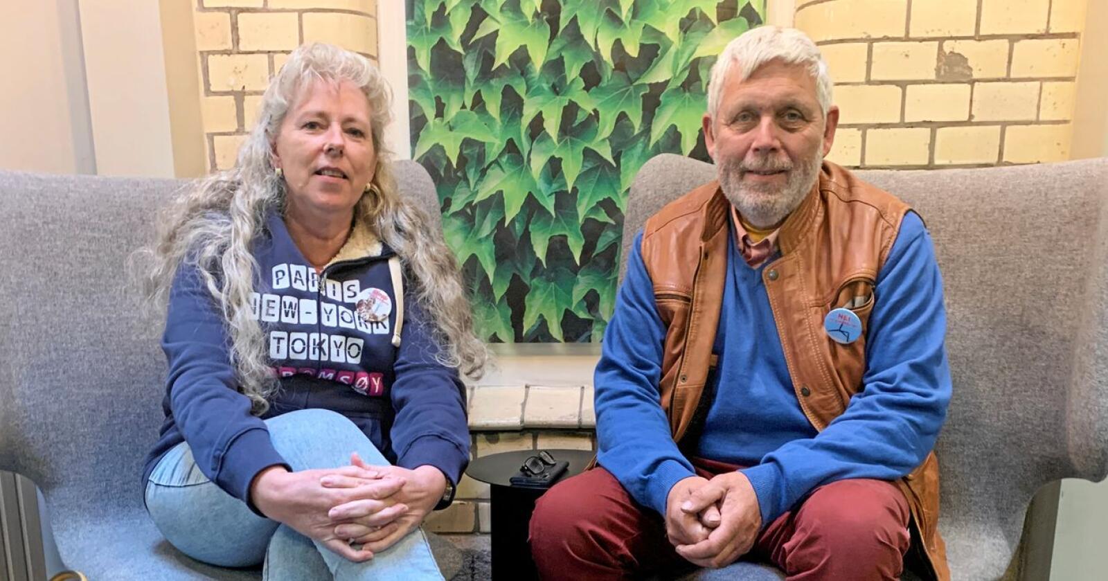 Kari og Hans Petter Thue fra Haramsøya ønsker å hindre vindkraftutbyggerne å bruke veien deres til og fra utbyggingen av vindkraftanlegget. Foto: Andrea Sørøy