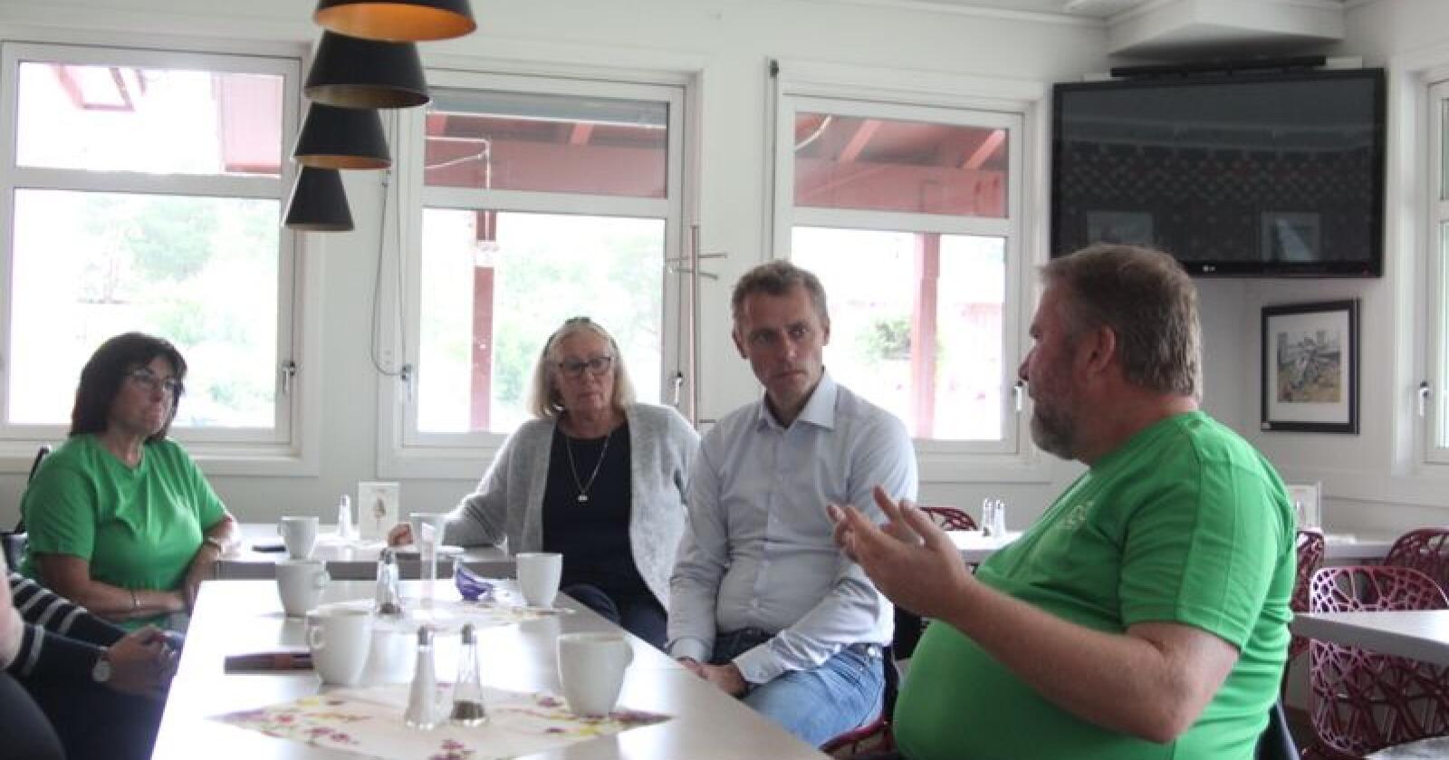 Kari og Ola Borten Moe møtte blant andre Dovre-ordfører Oddny Garmo og stortingsrepresentant Bengt Fasteraune på Dombås lørdag. Foto: Sivert Rossing