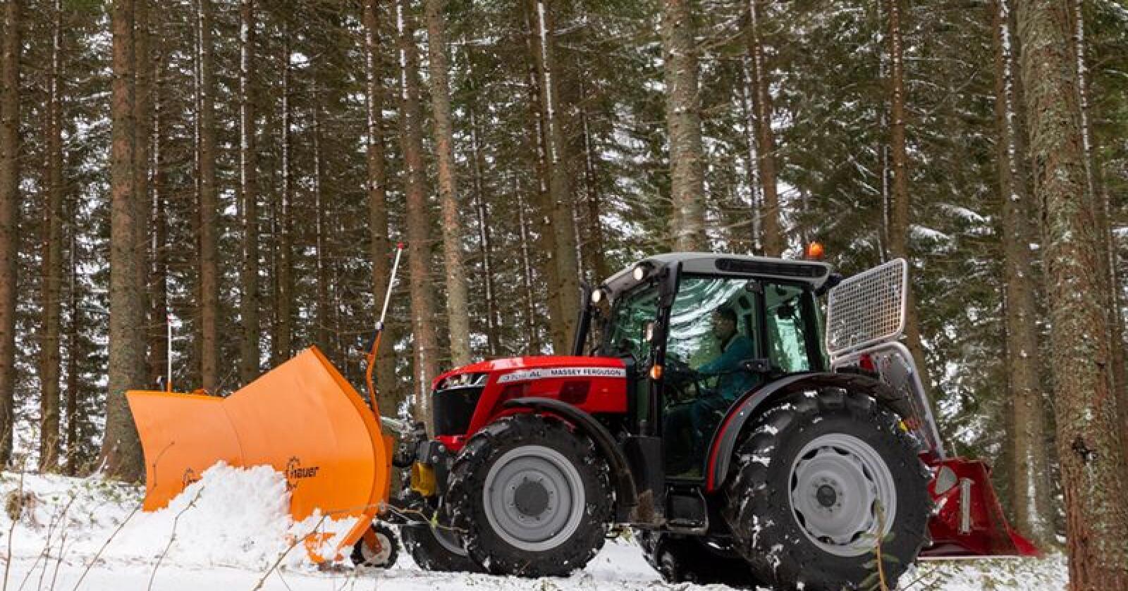 MF 3700 Alpine skal i følge produsenten, være en velegna flerbrukstraktor for brattlente bruk. (Foto: Charlelie Marange)
