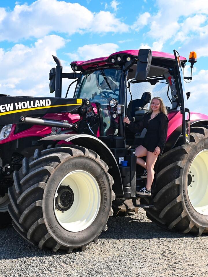Mange timer: Oda Grødeland Braut (18) har hatt mange timer bak rattet i denne traktoren, de fleste på landeveien.