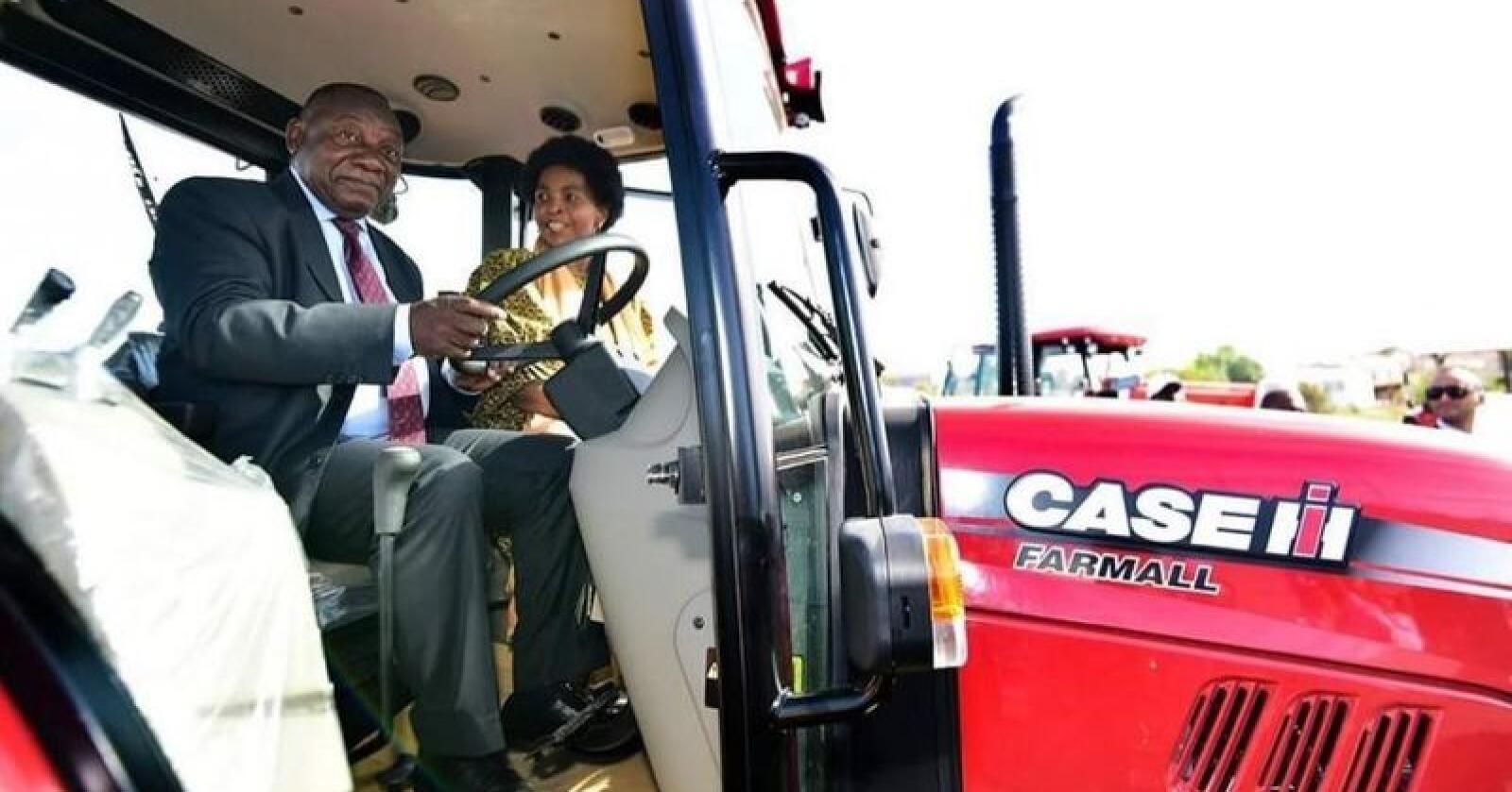 Sør-Afrikas president, Mr. Cyril Ramaphosa prøvekjørte en av de 50 nye Case IH-traktorene under den høytidelige overleveringen. (Foto: CNH Industrial Österreich GmbH)