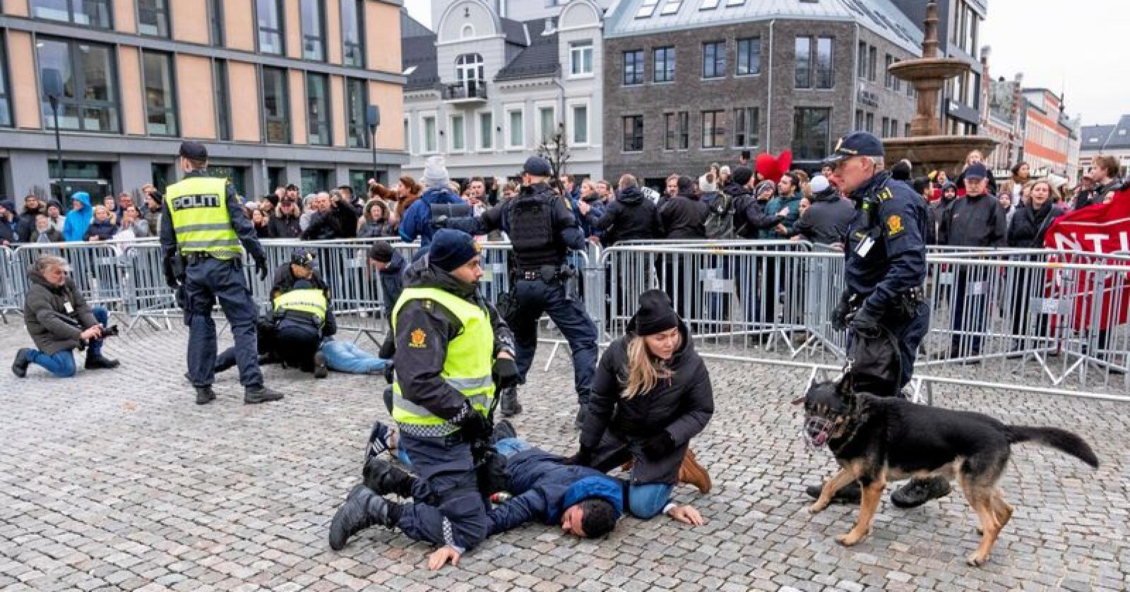 Brann i bibelbeltet: Politiet grep inn mot bokbrenning og vold i Kristiansand på lørdag. Foto: Tor Erik Schrøder / NTB scanpix