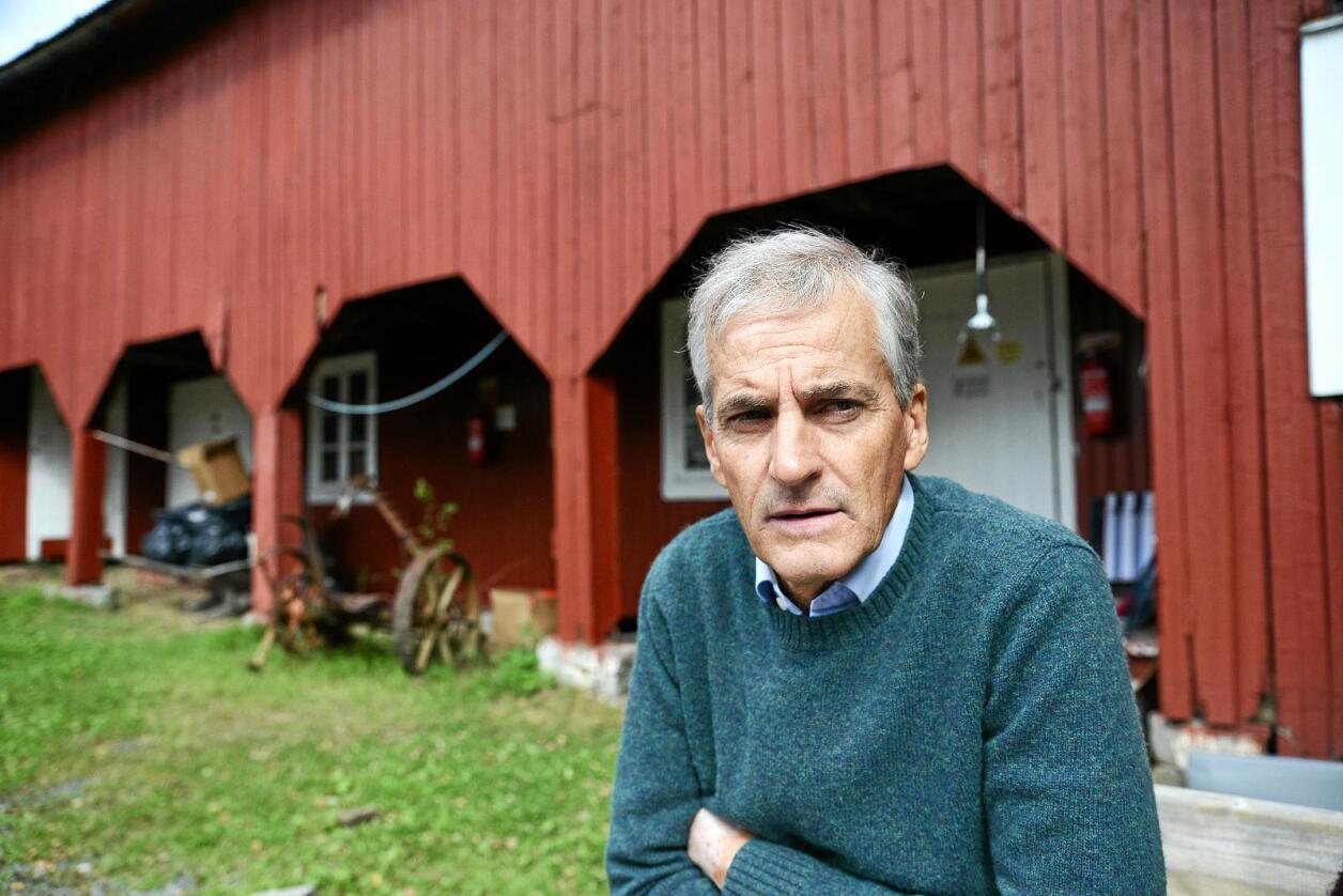 Ap-leder Jonas Gahr Støre ber regjeringa vise varsomhet i Norske Skog-saken, men ønsker samtidig en avklaring av hva de mener. Her er han fotografert på Utøya, hvor ungdomspartiet AUF har sin sommerleir denne uka. Foto: Siri Juell Rasmussen