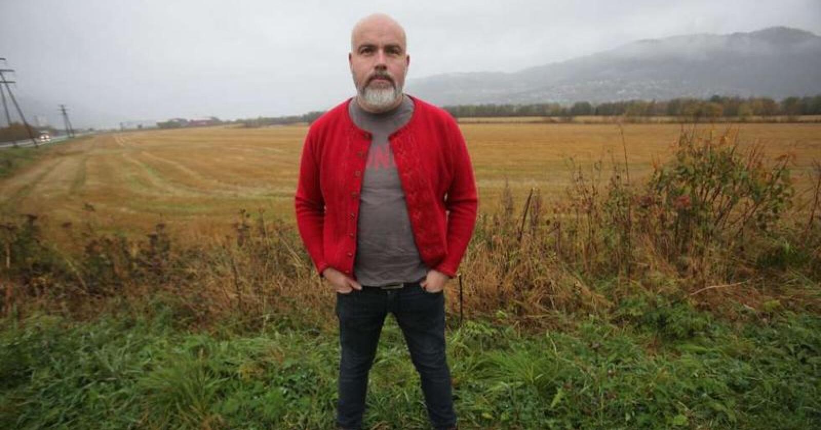 Matjord: Jon Fredrik Skauge er leder i Orkdal Bondelag, og er klar på at han ikke vil ha kyllingslakteri på kornjord. – Den jorda de tar er den som har best avlingspotensial i området her, sier han. (Foto: Stian Eide)